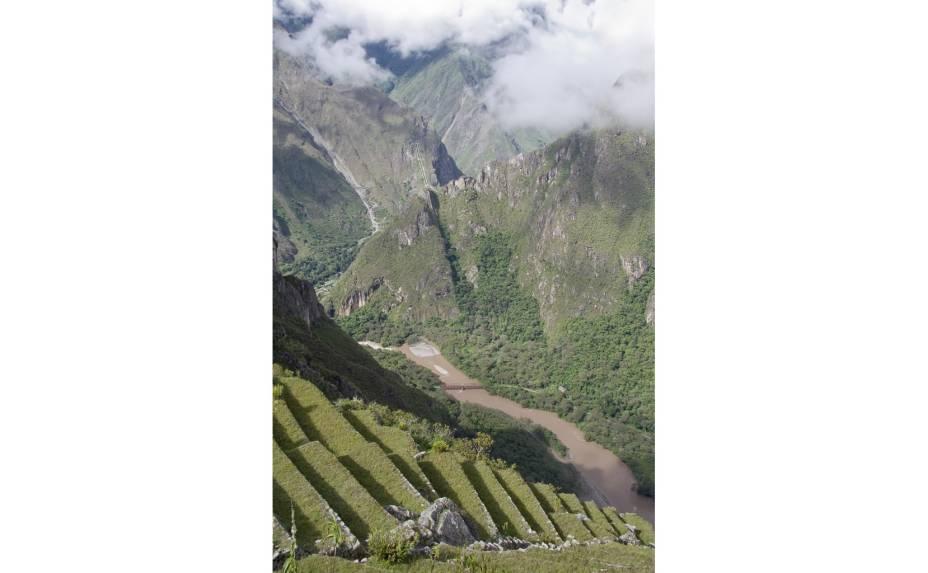<strong>8. Terraços</strong>    Vale do Rio Urubamba. Parte dos terraços (andenes) servia como área agrícola. Sua função mais importante, contudo, é dar suporte à cidade e prevenir a erosão do solo por meio de um engenhoso sistema de drenagem. Por isso, ocupam o entorno de toda a montanha em que Machu Picchu está assentada