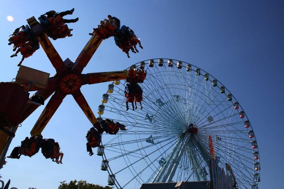 """A roda-gigante Texas Star não funciona o ano inteiro, ela é montada apenas para a feira anual do estado do Texas, na cidade de <a href=""""http://viajeaqui.abril.com.br/cidades/estados-unidos-dallas"""" target=""""_self"""">Dallas</a>, e é desmontada três semanas depois. Ela tem 64,6 metros de altura, carrega até 264 passageiros em suas 45 gôndolas. A vista do alto alcança a região de Dallas-Fort Worth inteira e permite admirar a festa toda, repleta de shows, leilões e barraquinhas de comida"""