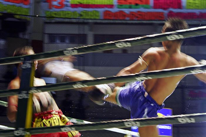 Sinta a atmosfera esquentar conforme aumentam as apostas em ferozes combates de <em>muay thai</em>. Paradoxalmente, o esporte nacional da Tailândia possui uma aura de pureza e muito respeito