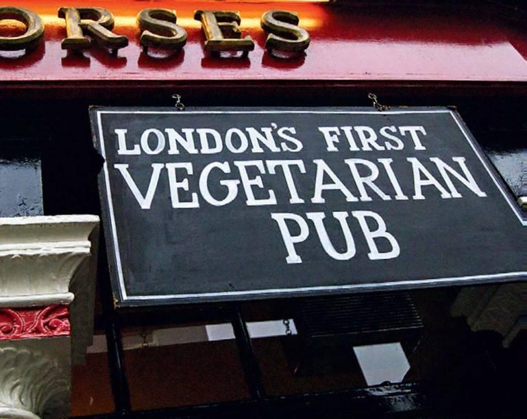 """<a href=""""http://coachandhorses.co/"""" rel=""""The Coach and Horses"""" target=""""_blank""""><strong>The Coach and Horses</strong></a>        Em uma esquina tranquila do Soho, o pub minúsculo tem dez mesas, um piano antigo e uma cozinha de onde saem pratos vegetarianos, o grande diferencial do lugar. Tem serviço de chá subindo as escadas que saem da cozinha. <em>29 Greek St., Soho</em>"""