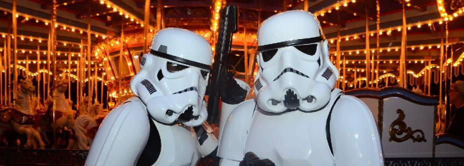 """<strong>Mistura de cinema e corrida na Disney</strong>De 14 a 17 de abril, pelas ruas da Disney de Orlando, os fãs da saga Star Wars podem participar das corridas temáticas The Dark Side (bit.ly/run_sw) nas distâncias de meia-maratona (US$ 222), 10K (US$ 123) e 5K (US$ 82). O roteiro de cinco noites no <a href=""""http://disneyworld.disney.go.com/pt-br/resorts/pop-century-resort/"""" rel=""""Pop Century"""" target=""""_blank"""">Pop Century</a> tem transfers para o evento.<strong>Quem leva:</strong><a href=""""http://stellabarros.com.br"""" rel=""""STELLA BARROS"""" target=""""_blank"""">STELLA BARROS</a><strong>Quanto: d</strong>esde US$ 1.365 (sem as taxas de inscrição)"""