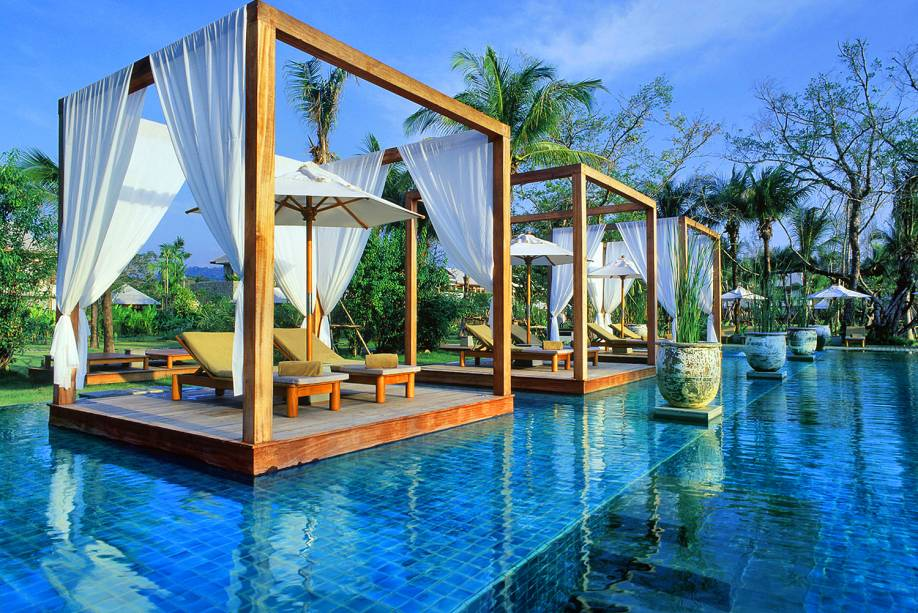 """Belos jardins e uma imensa piscina são apenas alguns dos destaques desse luxuso hotel, repleto de amenidades para seus hóspedes <em><a href=""""http://www.booking.com/hotel/th/the-sarojin.pt-br.html?aid=332455&label=viagemabril-as-piscinas-mais-incriveis-do-mundo"""" target=""""_blank"""">Veja os preços do The Sarojin no Booking.com</a></em>"""
