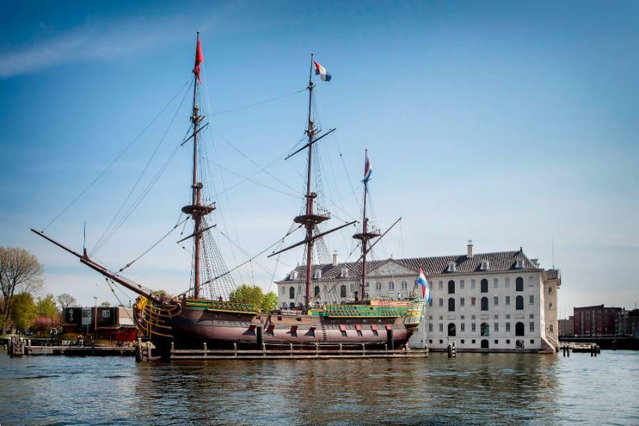 """O <a href=""""http://viajeaqui.abril.com.br/estabelecimentos/holanda-amsterda-atracao-museu-maritimo"""" rel=""""Museu Marítimo de Amsterdã"""" target=""""_blank"""">Museu Marítimo de Amsterdã</a> ocupa a antiga sede da marinha holandesa. Próximo ao museu está ancorada uma réplica de um navio da Companhia Holandesa das Índias Ocidentais"""