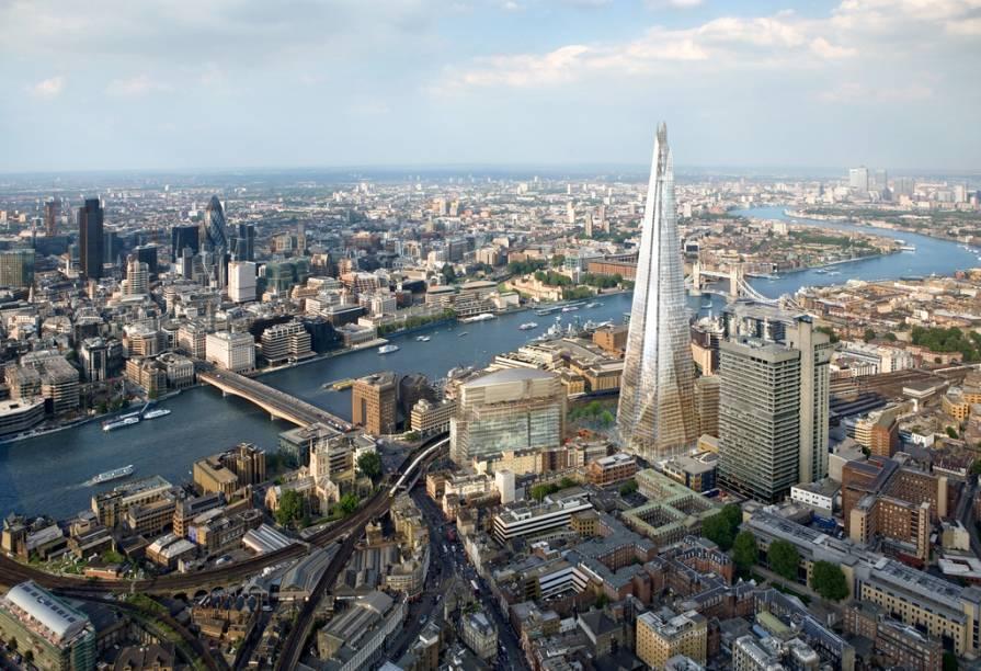 """<strong>The Shard, Londres, Reino Unido</strong>Tão ou mais polêmico do que o estranhérrimo """"Gherkin"""" (cujo nome oficial é 30 St Mary Axe), o Shard agora é dono absoluto dos céus de <a href=""""http://viajeaqui.abril.com.br/cidades/reino-unido-londres"""" rel=""""Londres"""">Londres</a>. São mais de 300 metros de aço, concreto e vidro concebidos por Renzo Piano, o homem por trás de ícones arquitetônicos como a sede do New York Times, o aeroporto internacional de Kansai e o Centro Pompidou (este em parceria com Richard Rogers)"""