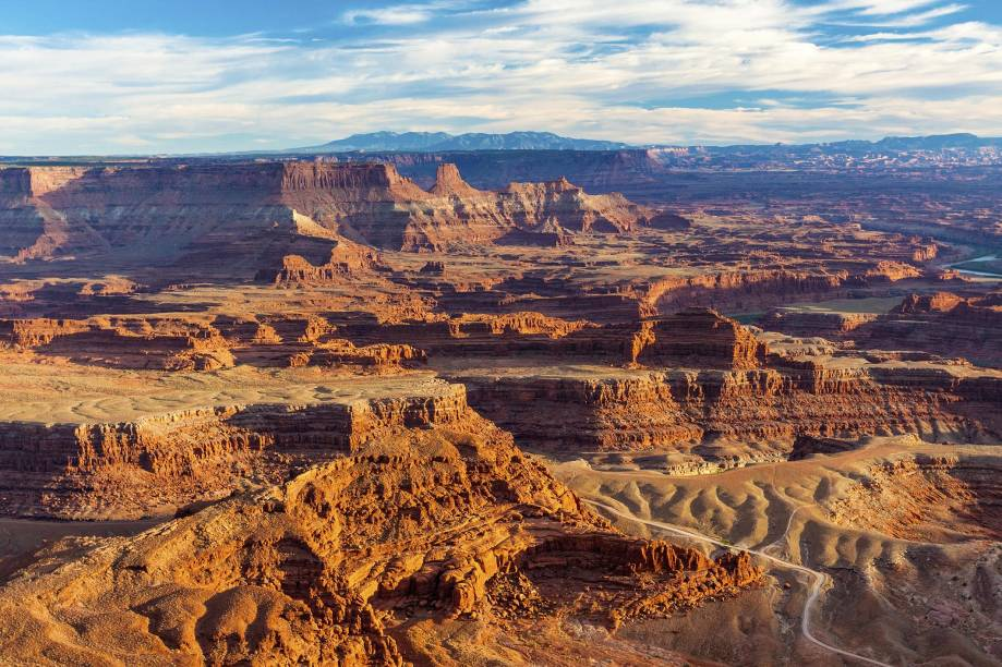 """<strong>1.<a href=""""https://www.youtube.com/watch?v=MfmYCM4CS8o"""" rel=""""Bon Jovi - Blaze of Glory"""" target=""""_blank"""">Bon Jovi - Blaze of Glory</a> - Deserto de Moab, Utah, <a href=""""http://viajeaqui.abril.com.br/paises/estados-unidos"""" rel=""""Estados Unidos"""" target=""""_self"""">Estados Unidos</a></strong>                    No cenário do clipe acima, cercado por rochas em meio a um deserto de <strong>Utah</strong>, dá pra entender bem por que o vocalista pira tanto. Se não estiver a fim de se descabelar com uma calça de couro grudadinha, vale aproveitar pra fazer trilhas e caminhadas pelo lugar"""