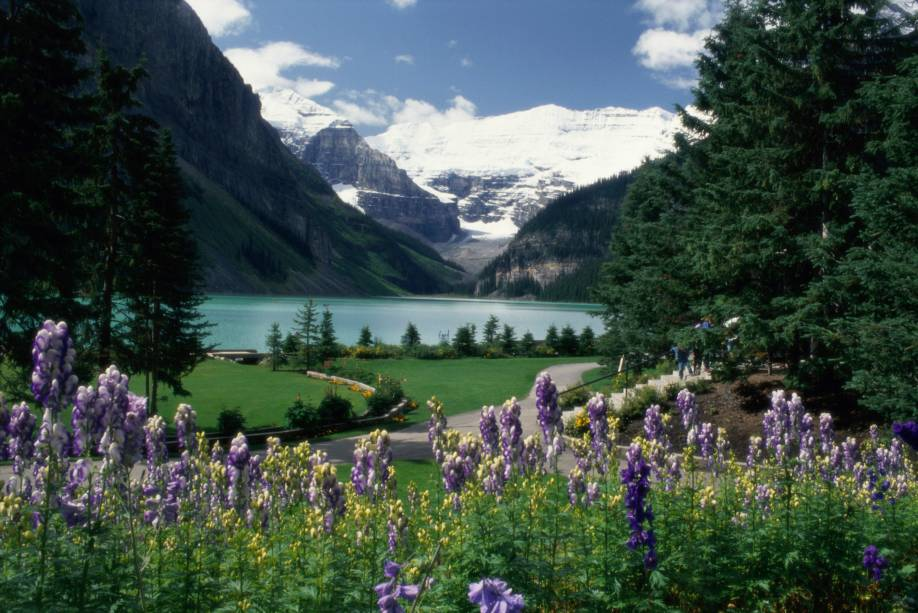 """<strong><a href=""""https://www.banfflakelouise.com/"""" target=""""_blank"""" rel=""""noopener"""">Parque Nacional de Banff e Lago Louise</a>, Alberta, Canadá </strong>O vizinho do Parque de Jasper também é tombado pela Unesco e inclui mais de 1.600 quilômetros de trilhas. Considerado um dos principais pontos turísticos país, ele atrai com suas paisagens ideais para a prática de trekking, camping e até mesmo golfe <em><a href=""""http://www.booking.com/city/ca/banff.pt-br.html?aid=332455&label=viagemabril-parques-nacionais-pelo-mundo"""" target=""""_blank"""" rel=""""noopener"""">Veja preços de hotéis em Banff no Booking.com</a></em>"""