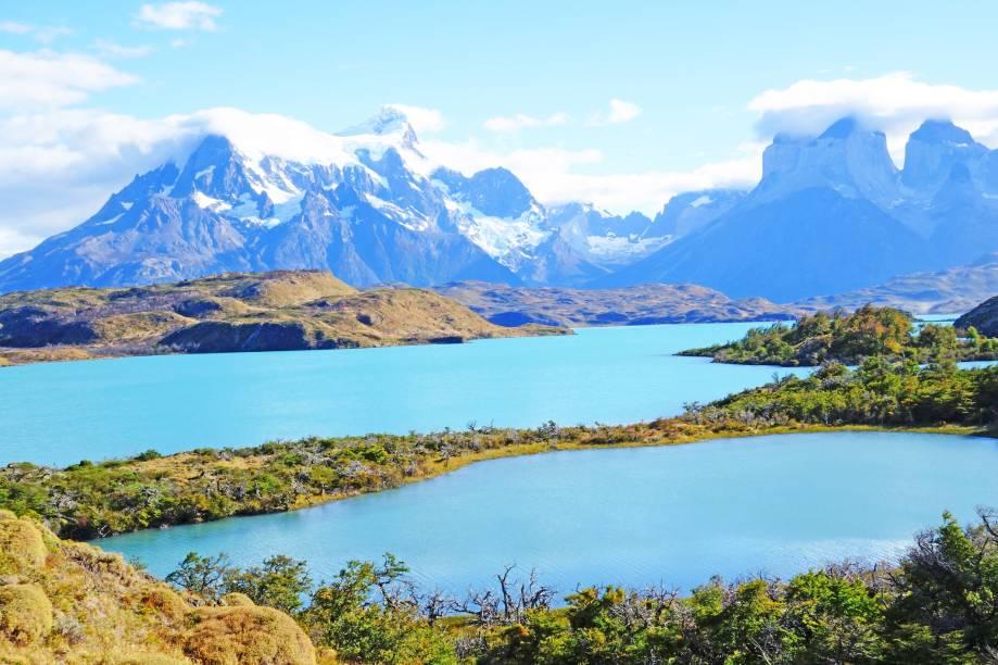 "<strong><a href=""http://www.parquetorresdelpaine.cl/es"" target=""_blank"" rel=""noopener"">Parque Nacional Torres Del Paine</a>, Chile</strong> Localizado na região deslumbrante da Patagônia Chilena, o parque é uma das regiões favoritas dos turistas aventureiros que desejam acampar na América Latina. Sua área de mais 240 mil hectares abriga o belo Lago Pehoe <em><a href=""https://www.booking.com/searchresults.pt-br.html?aid=332455&sid=b6bf542626b1a2c7a9951e44506f270a&sb=1&src=searchresults&src_elem=sb&error_url=https%3A%2F%2Fwww.booking.com%2Fsearchresults.pt-br.html%3Faid%3D332455%3Bsid%3Db6bf542626b1a2c7a9951e44506f270a%3Btmpl%3Dsearchresults%3Bac_click_type%3Db%3Bac_position%3D0%3Bclass_interval%3D1%3Bdest_id%3D2627%3Bdest_type%3Dregion%3Bdtdisc%3D0%3Bfrom_sf%3D1%3Bgroup_adults%3D2%3Bgroup_children%3D0%3Binac%3D0%3Bindex_postcard%3D0%3Blabel_click%3Dundef%3Bno_rooms%3D1%3Boffset%3D0%3Bpostcard%3D0%3Braw_dest_type%3Dregion%3Broom1%3DA%252CA%3Bsb_price_type%3Dtotal%3Bsearch_selected%3D1%3Bshw_aparth%3D1%3Bslp_r_match%3D0%3Bsrc%3Dindex%3Bsrc_elem%3Dsb%3Bsrpvid%3Dd8527ec46db1012a%3Bss%3DParque%2520Nacional%2520dos%2520Lagos%2520de%2520Plitvice%252C%2520Cro%25C3%25A1cia%3Bss_all%3D0%3Bss_raw%3DLagos%2520de%2520Plitvice%3Bssb%3Dempty%3Bsshis%3D0%3Btop_ufis%3D1%26%3B&ss=Torres+del+Paine%2C+Magallanes%2C+Chile&is_ski_area=&ssne=Parque+Nacional+dos+Lagos+de+Plitvice&ssne_untouched=Parque+Nacional+dos+Lagos+de+Plitvice&checkin_monthday=&checkin_month=&checkin_year=&checkout_monthday=&checkout_month=&checkout_year=&group_adults=2&group_children=0&no_rooms=1&from_sf=1&ss_raw=Torres+del+Paine&ac_position=0&ac_langcode=xb&ac_click_type=b&dest_id=900048832&dest_type=city&place_id_lat=-51.001339&place_id_lon=-73.094788&search_pageview_id=d8527ec46db1012a&search_selected=true&search_pageview_id=d8527ec46db1012a&ac_suggestion_list_length=5&ac_suggestion_theme_list_length=0"" target=""_blank"" rel=""noopener"">Veja preços de hotéis na região de Torres del Paine no Booking.com</a></em>"
