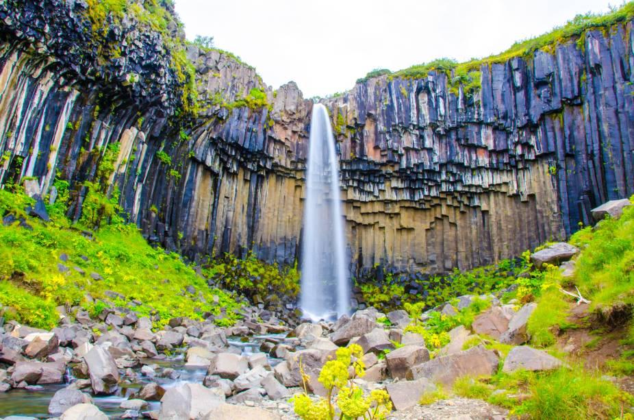 "<strong><a href=""https://es.visiticeland.com/que-ver-y-hacer/parques-nacionales/el-parque-nacional-de-vatnajokull"" target=""_blank"" rel=""noopener"">Parque Nacional de Vatnajökull</a>, Islândia</strong> O parque, considerado o maior de toda a Europa graças aos seus doze mil quilometrôs de extensão, é o lar de um dos cenários mais icônicos e marcantes do país: as quedas dágua de Svartifoss <em><a href=""https://www.booking.com/searchresults.pt-br.html?aid=332455&sid=b6bf542626b1a2c7a9951e44506f270a&sb=1&src=searchresults&src_elem=sb&error_url=https%3A%2F%2Fwww.booking.com%2Fsearchresults.pt-br.html%3Faid%3D332455%3Bsid%3Db6bf542626b1a2c7a9951e44506f270a%3Btmpl%3Dsearchresults%3Bac_click_type%3Db%3Bac_position%3D0%3Bclass_interval%3D1%3Bdest_id%3D900048832%3Bdest_type%3Dcity%3Bdtdisc%3D0%3Bfrom_sf%3D1%3Bgroup_adults%3D2%3Bgroup_children%3D0%3Binac%3D0%3Bindex_postcard%3D0%3Blabel_click%3Dundef%3Bno_rooms%3D1%3Boffset%3D0%3Bpostcard%3D0%3Braw_dest_type%3Dcity%3Broom1%3DA%252CA%3Bsb_price_type%3Dtotal%3Bsearch_selected%3D1%3Bshw_aparth%3D1%3Bslp_r_match%3D0%3Bsrc%3Dsearchresults%3Bsrc_elem%3Dsb%3Bsrpvid%3Dd8cd7ed6f02c0264%3Bss%3DTorres%2520del%2520Paine%252C%2520Magallanes%252C%2520Chile%3Bss_all%3D0%3Bss_raw%3DTorres%2520del%2520Paine%3Bssb%3Dempty%3Bsshis%3D0%3Bssne%3DParque%2520Nacional%2520dos%2520Lagos%2520de%2520Plitvice%3Bssne_untouched%3DParque%2520Nacional%2520dos%2520Lagos%2520de%2520Plitvice%3Btop_ufis%3D1%26%3B&ss=Parque+Nacional+Skaftafell%2C+Su%C3%B0urland+%28sur+de+Islandia%29%2C+Islandia&is_ski_area=&ssne=Torres+del+Paine&ssne_untouched=Torres+del+Paine&city=900048832&checkin_monthday=&checkin_month=&checkin_year=&checkout_monthday=&checkout_month=&checkout_year=&group_adults=2&group_children=0&no_rooms=1&from_sf=1&ss_raw=Parque+Nacional+de+Vatnaj%C3%B6kull&ac_position=0&ac_langcode=es&ac_click_type=b&dest_id=-2652622&dest_type=city&place_id_lat=64.016701&place_id_lon=-17&search_pageview_id=d8cd7ed6f02c0264&search_selected=true&search_pageview_id=d8cd7ed6f02"