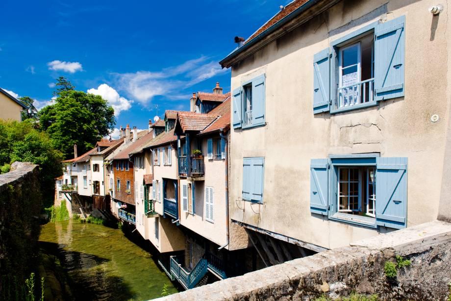 Fica ao norte da região vinícola de Jura. Além das casinhas charmosas, os turistas também apreciam boas adegas, a igreja medieval local e o Museu Pasteur (o cientistas francês viveu e trabalhou em Arbois)