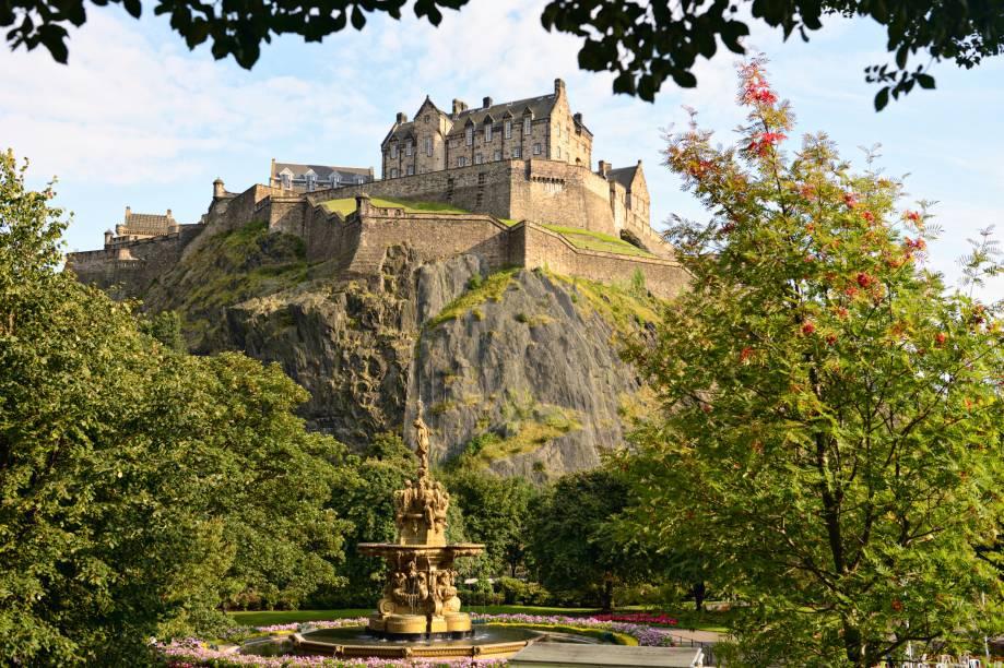 """No alto da cidade, o <a href=""""http://viajeaqui.abril.com.br/estabelecimentos/escocia-edimburgo-atracao-edinburg-castle"""" rel=""""Castelo de Edimburgo"""" target=""""_blank"""">Castelo de Edimburgo</a> domina o skyline e traz todo o charme à já charmosíssima <a href=""""http://viajeaqui.abril.com.br/cidades/escocia-edimburgo"""" rel=""""Edimburgo"""" target=""""_blank"""">Edimburgo</a>"""