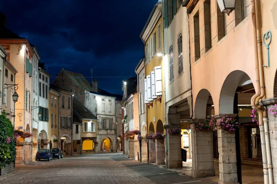 """Também conhecida como """"Cidade dos Arcos"""", a rua principal da cidadela tem uma arquitetura marcada por arcos do século 15, onde se escondem lojinhas por trás deles. O mercado local é famoso e oferece bons produtos locais"""