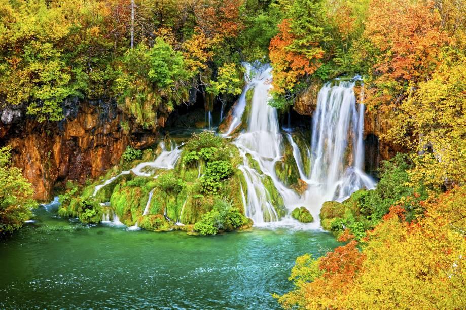 """<strong>Parque Nacional dos Lagos de Plitvice, Croácia:</strong> Tombado como Patrimônio Natural da Humanidade pela Unesco desde 1979, esse belo parque é formado por lagos e cachoeiras que impressionam com suas cores vivas. Sua área de aproximadamente vinte mil hectares abriga uma vegetação abundante e diversas espécies de animais silvestres <em><a href=""""https://www.booking.com/searchresults.pt-br.html?aid=332455&sid=b6bf542626b1a2c7a9951e44506f270a&sb=1&src=index&src_elem=sb&error_url=https%3A%2F%2Fwww.booking.com%2Findex.pt-br.html%3Faid%3D332455%3Bsid%3Db6bf542626b1a2c7a9951e44506f270a%3Bsb_price_type%3Dtotal%26%3B&ss=Parque+Nacional+dos+Lagos+de+Plitvice%2C+Cro%C3%A1cia&is_ski_area=&checkin_monthday=&checkin_month=&checkin_year=&checkout_monthday=&checkout_month=&checkout_year=&group_adults=2&group_children=0&no_rooms=1&b_h4u_keep_filters=&from_sf=1&ss_raw=Lagos+de+Plitvice&ac_position=0&ac_langcode=xb&ac_click_type=b&dest_id=2627&dest_type=region&place_id_lat=44.896984&place_id_lon=15.650497&search_pageview_id=05687eb450fd013c&search_selected=true&region_type=free_region&search_pageview_id=05687eb450fd013c&ac_suggestion_list_length=5&ac_suggestion_theme_list_length=0&order="""" target=""""_blank"""" rel=""""noopener"""">Veja preços de hotéis próximos aos Lagos de Plitvice no Booking.com</a></em>"""