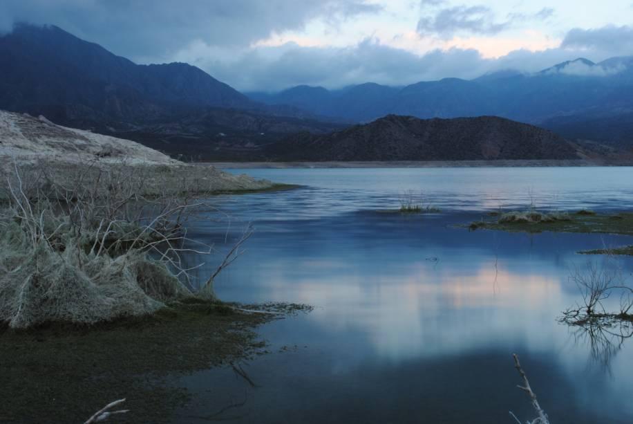 O Lago Potrerillos está localizado a 79 km de Mendoza, nas proximidades da Cordilheira dos Andes. São 14 km de uma impressionante beleza