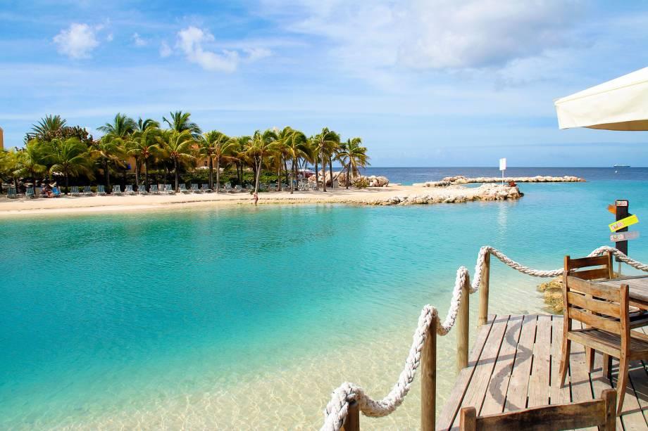 Mambo Beach é um das praias particulares que ficam ao sul da ilha