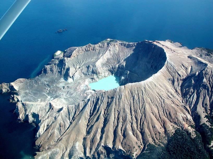 <em><strong>White Island </strong></em>-<strong></strong>Tratando de vulcões, a ilha localizada cerca de 50 quilômetros da cidade Whatatane, localizada a cerca de 420 quilômetros da capital, é uma das opções mais interessantes, pois abriga um vulcão ativo no país. As paredes da cratera superam 300 metros de altura e é possível fazer trilhas pela ilha ao redor das três crateras do vulcão