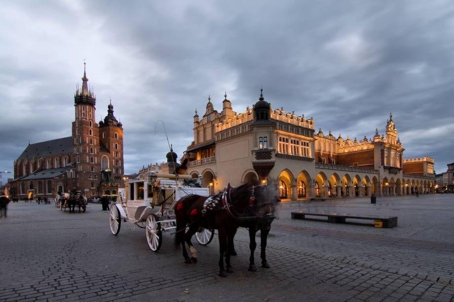 """Considerada um dos países mais religiosos do mundo, a Polônia guarda muitas reverências ao catolicismo. A Cracóvia, principal polo cultural do país, concentra construções medievais e igrejas históricas em sua linda Cidade Velha, tombada como Patrimônio da Humanidade pela UNESCO. Não deixe de conhecer a Praça do Mercado, com lojas variadas.<a href=""""http://www.booking.com/city/pl/krakow.pt-br.html?sid=efe6c9de408bb8d78e20e017e616e9f8;dcid=4?aid=332455&label=viagemabril-lesteeuropeu"""" target=""""_blank"""">Veja hotéis na Cracóvia no Booking.com</a>"""