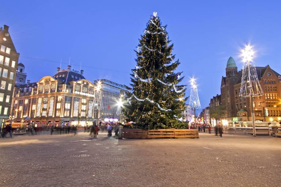 """<a href=""""http://viajeaqui.abril.com.br/cidades/holanda-amsterda"""" target=""""_blank"""" rel=""""noopener""""><strong>Amsterdã – Holanda</strong></a>As luzes natalinas das ruelas superdecoradas, que se refletem nos canais, são só uma parte da mágica que transforma Amsterdã na véspera do Natal. Não é difícil encontrar bons e charmosos mercados natalinos para as compras de final de ano. A praça Dam é um dos pontos presenteados com pomposos pinheiros natalinos<a href=""""http://www.booking.com/city/nl/amsterdam.pt-br.html?aid=332455&label=viagemabril-natal"""" target=""""_blank"""" rel=""""noopener""""><em>Veja hotéis em Amsterdã no Booking.com</em></a>"""