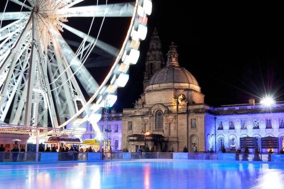 O parque Winter Wonderland de Cardiff, a capital do País de Gales, é repleto de atrações para curtir o inverno. Entre elas, destacam-se a <strong>pista de patinação</strong> e o gracioso Vilarejo Alpino