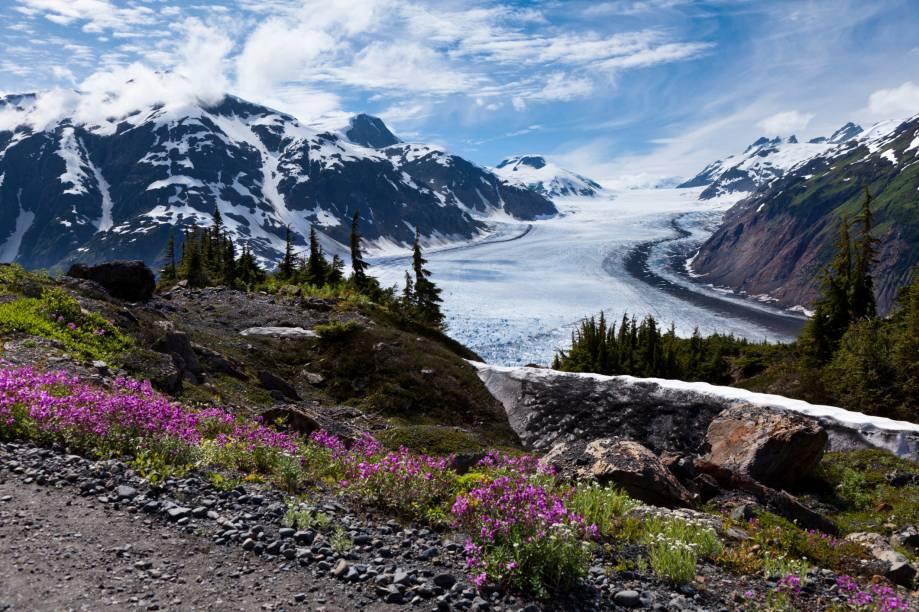 As geleiras são alguns dos cenários que marcam a identidade do Alasca, além se serem as que mais atraem os turistas. A visitação aumenta entre maio e setembro, quando as temperaturas amenas convidam a passeios