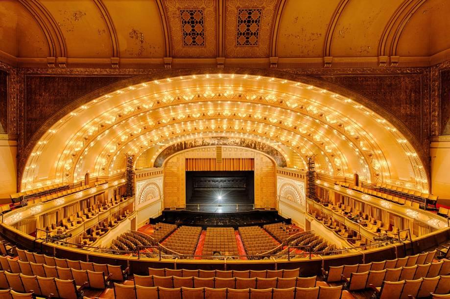 """<strong><a href=""""https://www.auditoriumtheatre.org/"""" target=""""_blank"""" rel=""""noopener"""">Auditorium Theatre</a>, <a href=""""http://viagemeturismo.abril.com.br/cidades/chicago-19/"""" target=""""_blank"""" rel=""""noopener"""">Chicago</a>, <a href=""""http://viagemeturismo.abril.com.br/paises/estados-unidos/"""" target=""""_blank"""" rel=""""noopener"""">Estados Unidos</a></strong> Inaugurado em 1889, esse teatro ficou mundialmente conhecido na época por seu projeto e sua acústica inovadores. Projetada para receber óperas e concertos, a construção também foi palco de importantes discursos dos presidentes William McKinley e Theodore Roosevelt. Durante a Grande Depressão, o teatro sofreu uma forte decadência, servindo posteriormente como centro de serviços durante a Segunda Guerra Mundial. Reaberto em 1967, ele passou a ter em sua programação musicais renomados e apresentações de nomes como The Who, Janis Joplin e Jimi Hendrix. Hoje, shows se intercalam com apresentações de dança"""