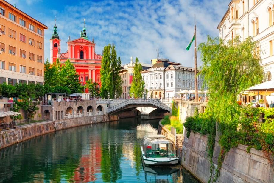 """<a href=""""http://viajeaqui.abril.com.br/cidades/eslovenia-liubliana-ljubljana"""" target=""""_blank"""" rel=""""noopener""""><strong>Liubliana – Eslovênia</strong></a> A mágica da capital eslovena acontece às margens do rio Liublianica. Onde estão instalados restaurantes e bares, que inevitavelmente se tornaram românticos. Pontes de bom gosto ajudam a compor o cenário que é rodeado por montanhas.<a href=""""http://www.booking.com/city/si/ljubljana.pt-br.html?aid=332455&label=viagemabril-venezasdomundo"""" target=""""_blank"""" rel=""""noopener""""><em>Busque hospedagens em Liubliana no booking.com</em></a>"""