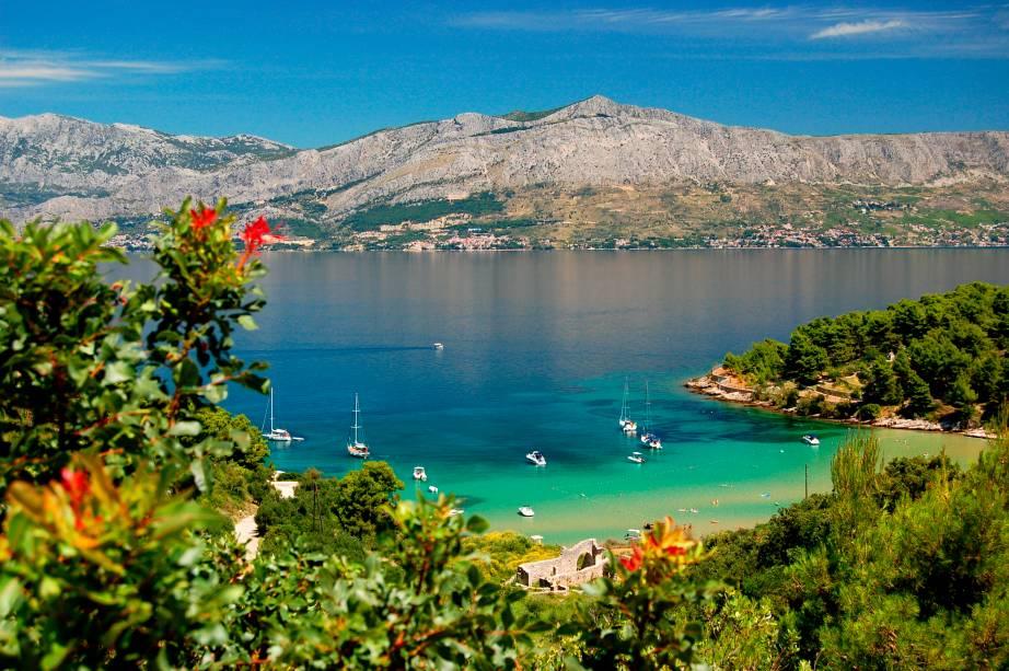 """<strong>Ilha de Brač, <a href=""""http://viajeaqui.abril.com.br/paises/croacia"""" rel=""""Croácia"""" target=""""_self"""">Croácia</a> </strong>                Considerada a terceira maior ilha do Mar Adriático, que ocupa um trecho do Mediterrâneo, Brac possui uma infraestrutura completa pra receber os turistas, repleta de bons hotéis. Suas praias são ótimas e extremamente bonitas, com um bônus: há menos turistas aqui do que em outros destinos litorâneos da Europa                <em><a href=""""http://www.booking.com/region/hr/brac.pt-br.html?sid=5b28d827ef00573fdd3b49a282e323ef;dcid=1?aid=332455&label=viagemabril-as-mais-belas-praias-do-mediterraneo"""" rel=""""Veja preços de hotéis na Ilha de Brac no Booking.com"""" target=""""_blank"""">Veja preços de hotéis na Ilha de Brac no Booking.com</a></em>"""