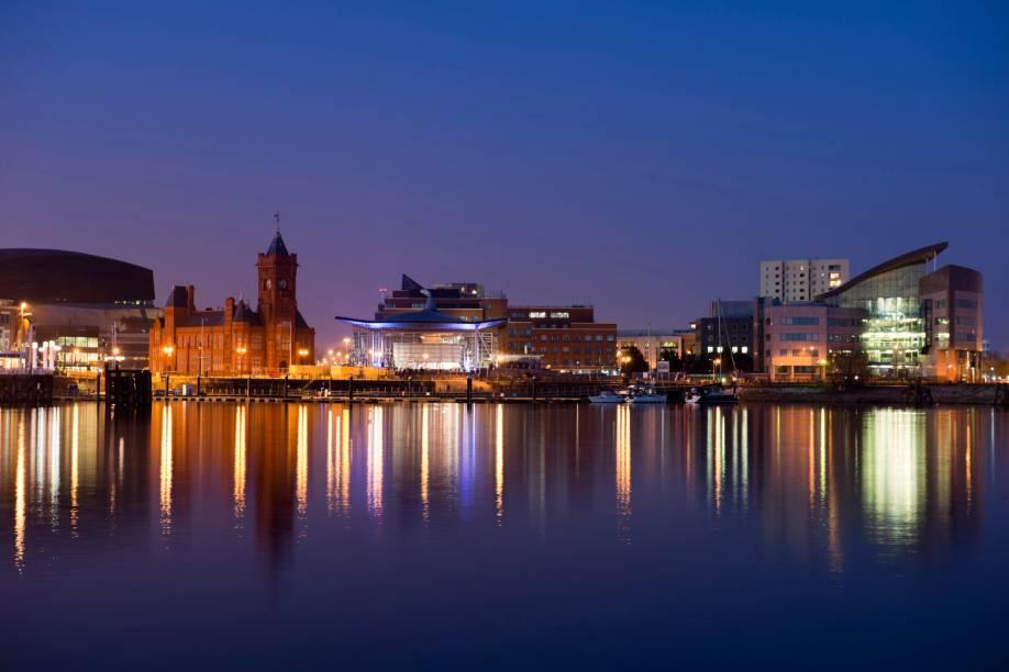 Cardiff é uma cidade portuária, considerada a capital mais nova da Europa. Há um século, ela foi considerada o porto de carvão mais ocupado do planeta. Hoje, atrações turísticas ocupam as antigas docas. De sua baía, é possível ter uma bela visão da cidade
