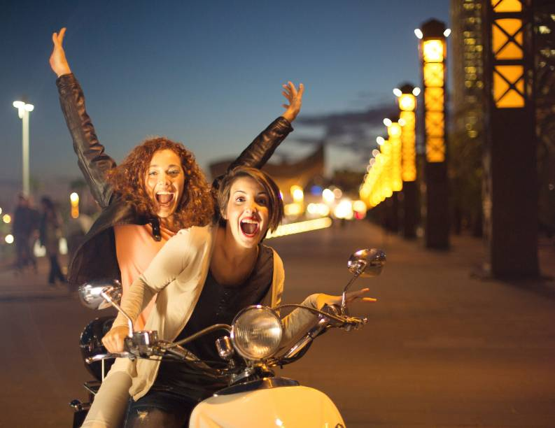 """<strong>3. <a href=""""http://viajeaqui.abril.com.br/cidades/espanha-barcelona"""" rel=""""BARCELONA"""" target=""""_blank"""">BARCELONA</a></strong>                Em Barcelona, o clima de azaração é constante e o intercâmbio cultural, intenso: como um dos mais populares destinos turísticos no Velho Continente, na cidade é possível conhecer viajantes solteiros de todas as partes do mundo, da Oceania à América do Sul. Se sua ideia for ficar em um hotel, procure os bares da área histórica de Raval, onde a boemia rola solta."""