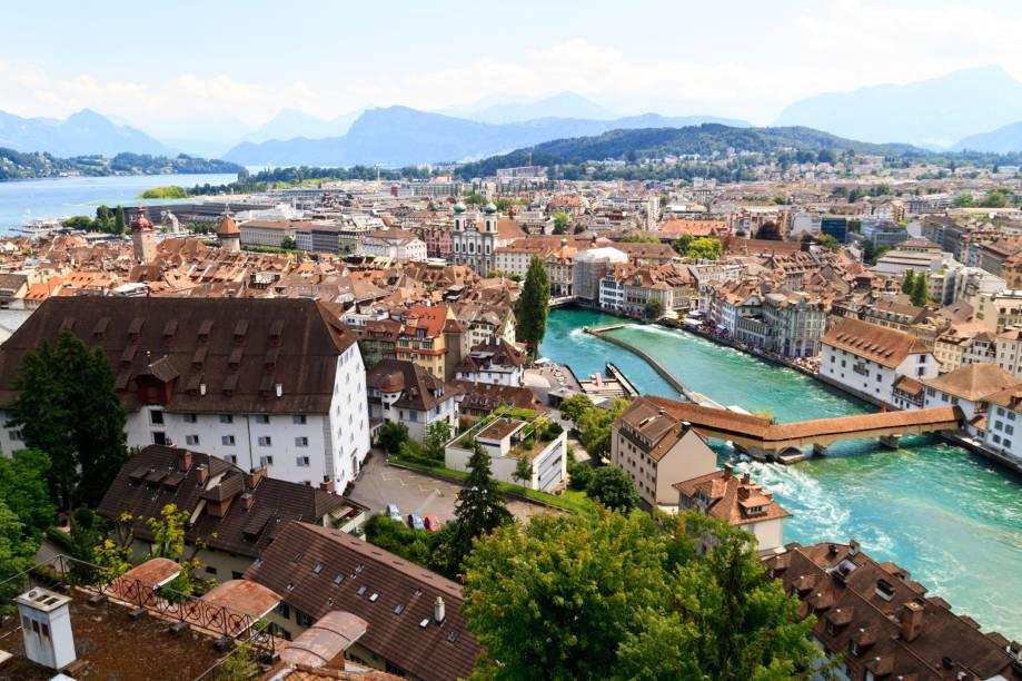 """<strong>Lucerna – Suíça </strong> Além do charme medieval, a graça veneziana da pequena Lucerna é o lago, que nomeia a cidade, e o Rio Reuss. O símbolo de Lucerna é a Ponte da Capela, que foi erguida no século 14 e é toda em madeira com 204 metros de extensão.<a href=""""http://www.booking.com/city/ch/lucerne.pt-br.html?aid=332455&label=viagemabril-venezasdomundo"""" target=""""_blank"""" rel=""""noopener""""><em>Busque hospedagens em Lucerna no booking.com</em></a>"""