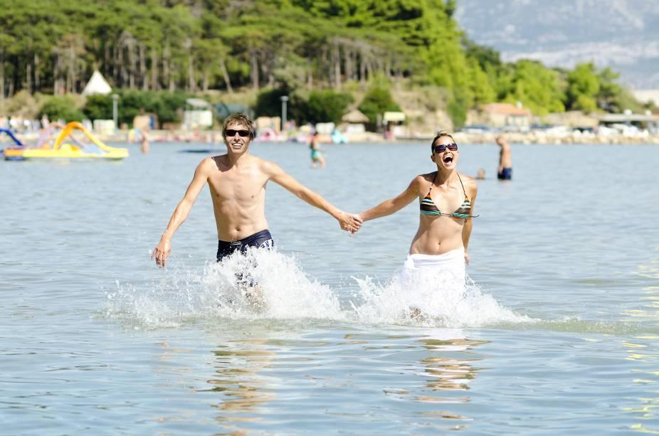 """<strong>10. <a href=""""http://viajeaqui.abril.com.br/paises/croacia"""" target=""""_blank"""" rel=""""noopener"""">COSTA DA CROÁCIA</a></strong> O clima do verão croata é totalmente favorável para a paquera, em uma atmosfera boêmia cercada por algumas das mais lindas paisagens do Velho Continente. Se fizer uma viagem para lá, não deixe de visitar cidades como <a href=""""http://viajeaqui.abril.com.br/cidades/croacia-dubrovnik"""" target=""""_blank"""" rel=""""noopener"""">Dubrovnik</a>, <a href=""""http://viajeaqui.abril.com.br/cidades/croacia-split"""" target=""""_blank"""" rel=""""noopener"""">Split</a> e <a href=""""http://viajeaqui.abril.com.br/cidades/croacia-pula"""" target=""""_blank"""" rel=""""noopener"""">Pula</a>, todas banhadas pelo lindo mar Adriático e frequentadas por uma galera a fim de muita festa."""