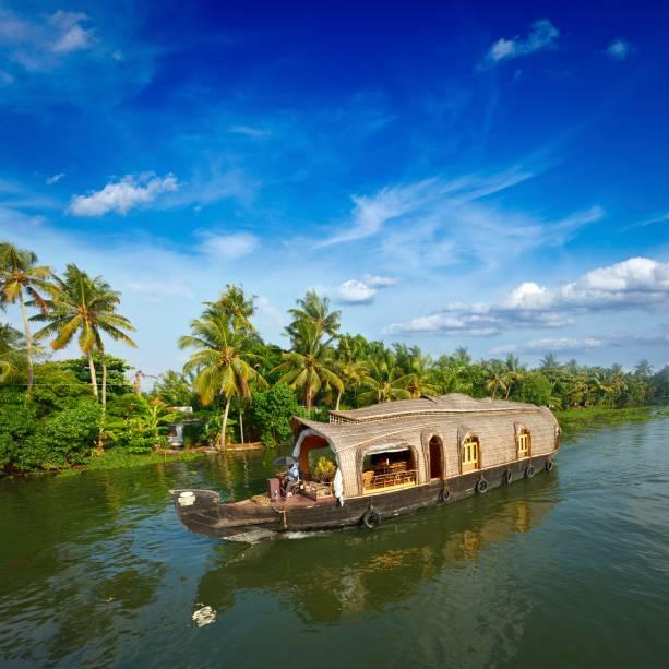 <strong>10. Kerala</strong>Localizada no sul da Índia, a região do Kerala possui uma rede de canais de águas calmas. É comum que os turistas aluguem um barco e passem dias navegando por ali enquanto observam a vida e os costumes da população ribeirinha