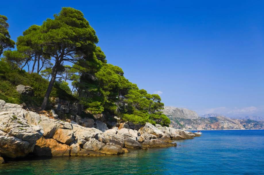 """<strong>Ilha Lopud, <a href=""""http://viajeaqui.abril.com.br/cidades/croacia-dubrovnik"""" rel=""""Dubrovnik"""" target=""""_self"""">Dubrovnik</a>, <a href=""""http://viajeaqui.abril.com.br/paises/croacia"""" rel=""""Croácia"""" target=""""_self"""">Croácia</a> </strong>                As praias dessa bela ilha são conhecidas pelas areias – algo mais difícil de encontrar na região litorânea do país, marcada por rochas e pedras. Seu acesso é feito a partir de Dubrovnik, que oferece ótimos passeios de barco em meio a suas águas tranquilas e cristalinas. Seu entorno abriga boas trilhas para caminhadas                <em><a href=""""http://www.booking.com/city/hr/dubrovnik.pt-br.html?sid=5b28d827ef00573fdd3b49a282e323ef;dcid=1?aid=332455&label=viagemabril-as-mais-belas-praias-do-mediterraneo"""" rel=""""Veja preços de hotéis em Dubrovnik no Booking.com"""" target=""""_blank"""">Veja preços de hotéis em Dubrovnik no Booking.com</a></em>"""