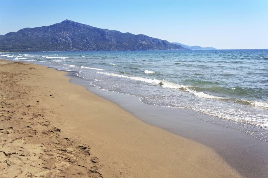 """<strong>Dalyan, Mugla, <a href=""""http://viajeaqui.abril.com.br/paises/turquia"""" rel=""""Turquia"""" target=""""_self"""">Turquia</a></strong>    Praias relaxantes marcam o lugar, conhecido por suas iniciativas de proteção de tartarugas marinhas. Passear de barco por suas águas é uma das boas pedidas, sobretudo para observar as Lycian Rock Tombs – formações rochosas antiguíssimas    <em><a href=""""http://www.booking.com/city/tr/dalyan.pt-br.html?sid=5b28d827ef00573fdd3b49a282e323ef;dcid=1?aid=332455&label=viagemabril-as-mais-belas-praias-do-mediterraneo"""" rel=""""Veja preços de hotéis em Dalyan no Booking.com"""" target=""""_blank"""">Veja preços de hotéis em Dalyan no Booking.com</a></em>"""