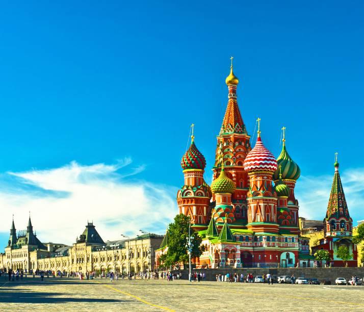 """<strong>Praça Vermelha – <a href=""""https://viagemeturismo.abril.com.br/cidades/moscou-2/"""" target=""""_blank"""" rel=""""noopener"""">Moscou</a> – <a href=""""https://viagemeturismo.abril.com.br/paises/russia/"""" target=""""_blank"""" rel=""""noopener"""">Rússia </a></strong> O principal palco de manifestações populares (mas nem sempre muito democráticas) da Rússia é também ponto turístico graças aos belos – e importantes – edifícios que a rodeiam. Sua amplitude já seria digna de nota, mas as muralhas do Krêmlin e a fascinante e multicolorida <a href=""""http:// http://viajeaqui.abril.com.br/estabelecimentos/russia-moscou-atracao-catedral-de-sao-basilio"""" target=""""_blank"""" rel=""""noopener"""">catedral de São Basílio</a> fazem dela uma das mais icônicas paisagens urbanas do planeta <a href=""""https://www.booking.com/searchresults.pt-br.html?aid=332455&sid=d98f25c4d6d5f89238aebe98e11a09ba&sb=1&src=searchresults&src_elem=sb&error_url=https%3A%2F%2Fwww.booking.com%2Fsearchresults.pt-br.html%3Faid%3D332455%3Bsid%3Dd98f25c4d6d5f89238aebe98e11a09ba%3Btmpl%3Dsearchresults%3Bac_click_type%3Db%3Bac_position%3D0%3Bcity%3D-1898541%3Bclass_interval%3D1%3Bdest_id%3D20088325%3Bdest_type%3Dcity%3Bdtdisc%3D0%3Bfrom_sf%3D1%3Bgroup_adults%3D2%3Bgroup_children%3D0%3Biata%3DNYC%3Binac%3D0%3Bindex_postcard%3D0%3Blabel_click%3Dundef%3Bno_rooms%3D1%3Boffset%3D0%3Bpostcard%3D0%3Braw_dest_type%3Dcity%3Broom1%3DA%252CA%3Bsb_price_type%3Dtotal%3Bsearch_selected%3D1%3Bshw_aparth%3D1%3Bslp_r_match%3D0%3Bsrc%3Dsearchresults%3Bsrc_elem%3Dsb%3Bsrpvid%3D2d5d7a56fbd400ae%3Bss%3DNova%2520York%252C%2520Estado%2520de%2520Nova%2520York%252C%2520Estados%2520Unidos%3Bss_all%3D0%3Bss_raw%3Dnova%2520york%3Bssb%3Dempty%3Bsshis%3D0%3Bssne%3DPequim%3Bssne_untouched%3DPequim%26%3B&ss=Moscou%2C+R%C3%BAssia&is_ski_area=&ssne=Nova+York&ssne_untouched=Nova+York&city=20088325&checkin_year=&checkin_month=&checkout_year=&checkout_month=&group_adults=2&group_children=0&no_rooms=1&from_sf=1&ss_raw=moscou&ac_position=0&ac_langcode=xb&ac_click_type=b&dest_id=-296056"""