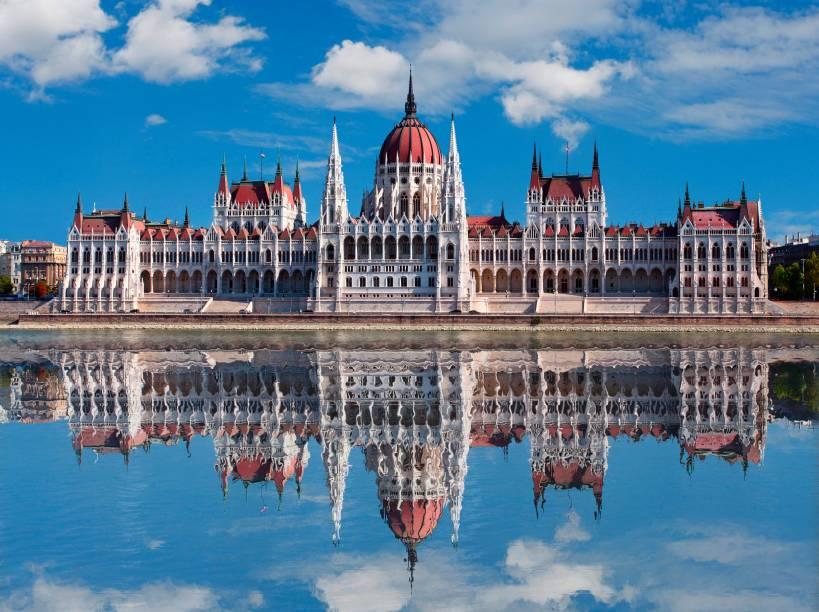 """Budapeste é uma das capitais favoritas da região graças à sua beleza única, marcada pela herança do Império Austro-Húngaro em seus patrimônios invejáveis. Aqui, a parada obrigatória é o Prédio do Parlamento – a maior e mais atraente construção da cidade, com sua arquitetura neogótica à beira do Rio Danúbio.<a href=""""http://www.booking.com/city/hu/budapest.pt-br.html?sid=efe6c9de408bb8d78e20e017e616e9f8;dcid=4?aid=332455&label=viagemabril-lesteeuropeu"""" target=""""_blank"""">Veja hotéis em Budapeste no Booking.com</a>"""