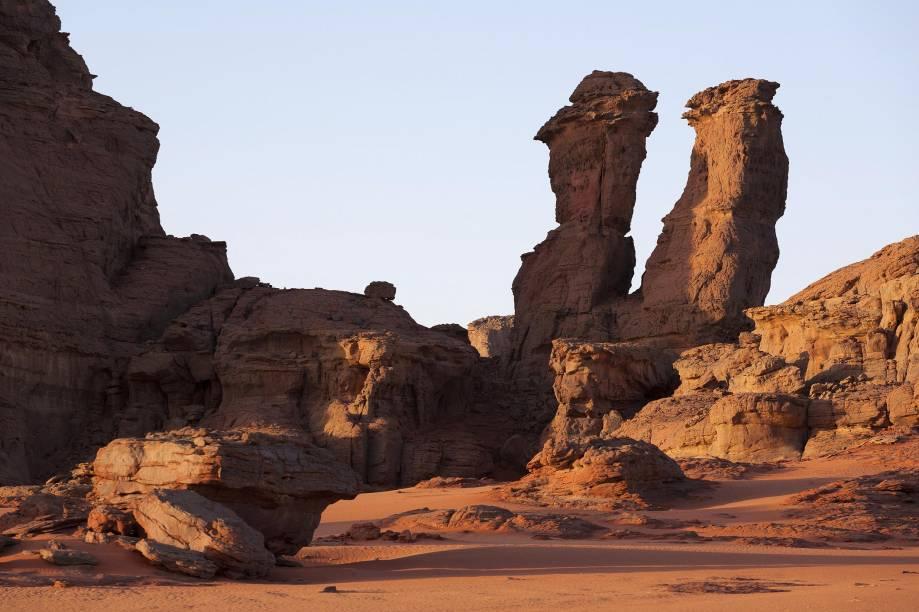 """<strong>8. Deserto do Saara, em <a href=""""http://viajeaqui.abril.com.br/paises/marrocos"""" rel=""""Marrocos"""" target=""""_blank"""">Marrocos</a></strong>            A partir de <a href=""""http://viajeaqui.abril.com.br/cidades/marrocos-marrakesh"""" rel=""""Marrakesh"""" target=""""_blank"""">Marrakesh</a>, é possível fazer passeios pelo deserto até Essaouira, no litoral ou até Merzouga, cidade mais a leste do país. Quem faz incursões pelo Saara em Marrocos se encanta pela paisagem árida, as formações rochosas peculiares (até mesmo nas praias), os oásis e a vida dos habitantes do deserto"""