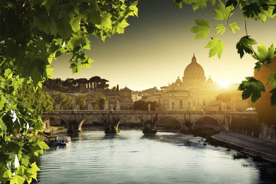"""O dia amanhece no Vaticano, um dos lugares obrigatórios para quem visita <a href=""""http://viajeaqui.abril.com.br/cidades/italia-roma"""" rel=""""Roma"""">Roma</a>"""