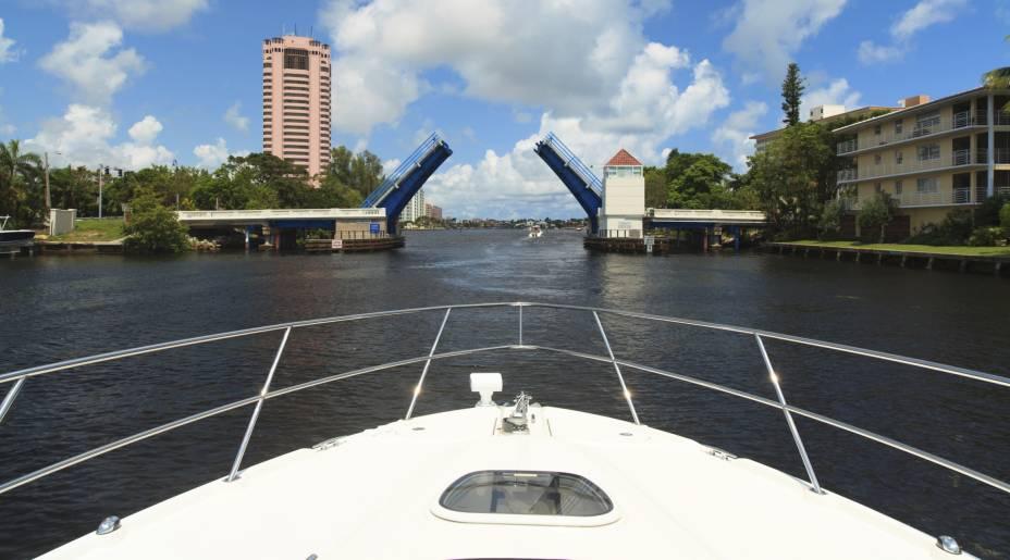 """<a href=""""http://viajeaqui.abril.com.br/cidades/estados-unidos-fort-lauderdale"""" target=""""_blank"""" rel=""""noopener""""><strong>Fort Lauderdale – EUA</strong></a> A cidade também é apelidada como Veneza das Américas graças aos seus 500 quilômetros de hidrovias. À beira dos largos canais estão construções luxuosas que ostentam iates e veleiros. Apesar da proximidade, Fort Lauderdale o serve como refúgio para quem é de Miami. Um senhor destino praiano para os americanos.<a href=""""http://www.booking.com/city/us/fort-lauderdale.pt-br.html?aid=332455&label=viagemabril-venezasdomundo"""" target=""""_blank"""" rel=""""noopener""""><em>Busque hospedagens em Fort Lauderdale no booking.com</em></a>"""