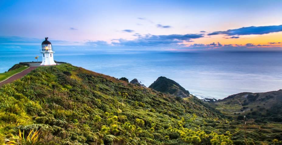<em><strong>Cape Reinga</strong></em> - O ponto mais ao norte da Nova Zelândia, onde o oceano Pacífico e o mar da Tasmânia se encontram, é um destino turístico imperdível. No caminho ao topo da ilha é possível perceber o estreitamento da terra até o momento em que ambos os oceanos se tornam visíveis do mesmo ponto. Cape Reinga está a cerca de 1.055 quilômetros da capital e pode ser acessada de carro. No local, há um parque com informações históricas sobre a região e um farol que é popular pano de fundo para fotos turísticas