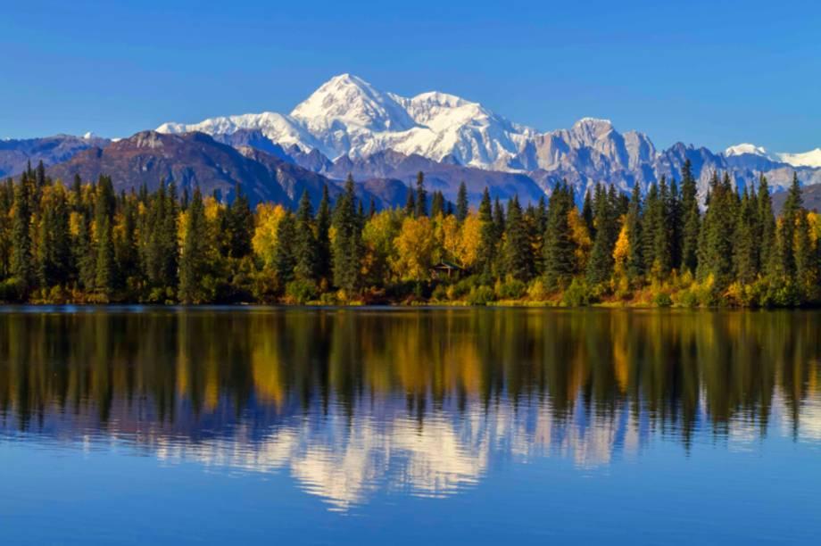 """O pequeno <strong>Byers Lake</strong>, localizado dentro do <strong>Denali National Park</strong>, tem trilhas em seu entorno que tornam as caminhadas agradáveis. Ao longe, é possível avistar o lindo Monte McKinley, considerado o mais alto da América do Norte<em><a href=""""http://www.booking.com/searchresults.pt-br.html?aid=306397;label=denali-national-park-fkJUUdMB5DgWx0aZkRUORQS15138313709%3Apl%3Ata%3Ap15%3Ap2%3Aac%3Aap1t2%3Aneg;sid=5b28d827ef00573fdd3b49a282e323ef;dcid=1;city=900039087;hyb_red=1;redirected=1;redirected_from_city=1;source=city;src=city&?aid=332455&label=viagemabril-paisagens-do-alasca"""" rel=""""Veja preços de hotéis próximos ao Denali National Park no Booking.com"""" target=""""_blank"""">Veja preços de hotéis próximos ao Denali National Park no Booking.com</a></em>"""