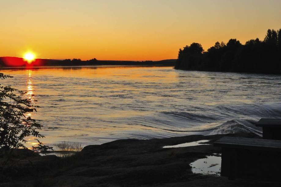 Nesse período do sol da meia noite, que ocorre durante o verão, algumas regiões do país ficam dias sem receber qualquer resquício do anoitecer