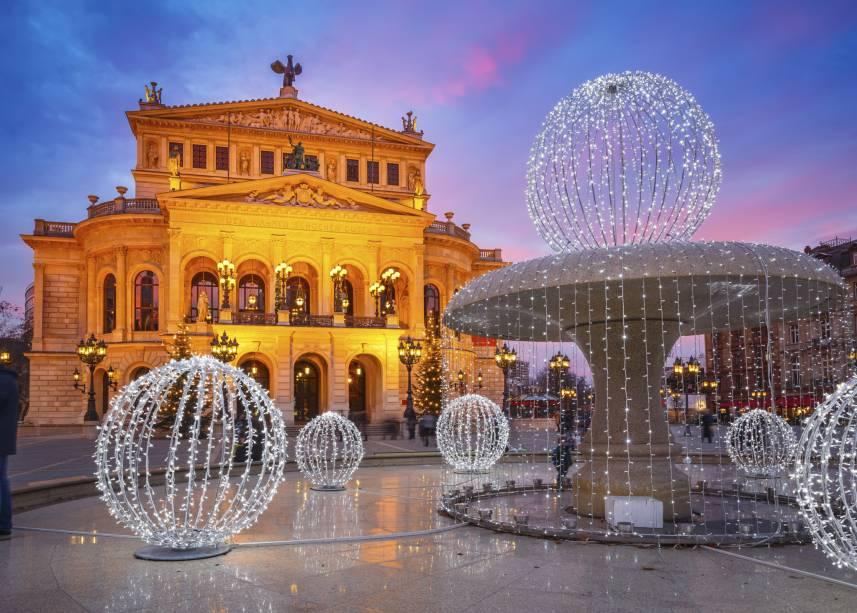 """<strong><a href=""""https://www.alteoper.de"""" target=""""_blank"""" rel=""""noopener"""">Alte Oper</a>, <a href=""""http://viajeaqui.abril.com.br/cidades/alemanha-frankfurt"""" target=""""_blank"""" rel=""""noopener"""">Frankfurt</a>, <a href=""""http://viajeaqui.abril.com.br/paises/alemanha"""" target=""""_blank"""" rel=""""noopener"""">Alemanha</a></strong> Com inauguração datada de 1880, a Old Opera House de Frankfurt impressiona com sua arquitetura, destacada ao anoitecer. Durante a Segunda Guerra Mundial, o edifício foi arruinado devido aos bombardeios. Após um intenso processo de restauração, a casa foi reaberta em 1951 - e recebe até hoje importantes apresentações de óperas, ballets, concertos e shows diversos"""