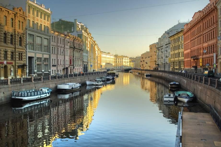 """<a href=""""http://viajeaqui.abril.com.br/cidades/russia-sao-petersburgo"""" target=""""_blank"""" rel=""""noopener""""><strong>São Petersburgo – Rússia </strong></a>Apesar de planejada, a cidade foi construída sobre um grande pântano, o que acabou lhe conferindo um desenho urbano que lida de forma elegante com o Rio Neva, que corta o destino. Só o Centro Histórico de São Petersburgo já vale a viagem.<a href=""""http://www.booking.com/city/ru/saint-petersburg.pt-br.html?aid=332455&label=viagemabril-venezasdomundo"""" target=""""_blank"""" rel=""""noopener""""><em>Busque hospedagens em São Petersburgo no booking.com</em></a>"""