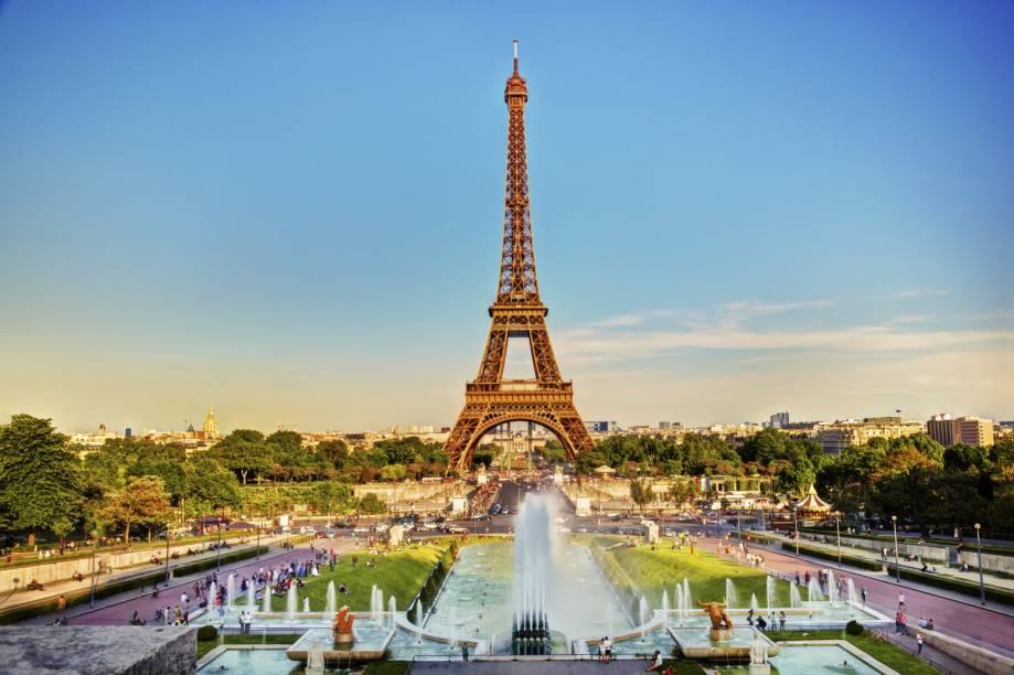Os jardins da Praça do Trocadéro reservam uma das mais conhecidas e clicadas vistas da Torre Eiffel