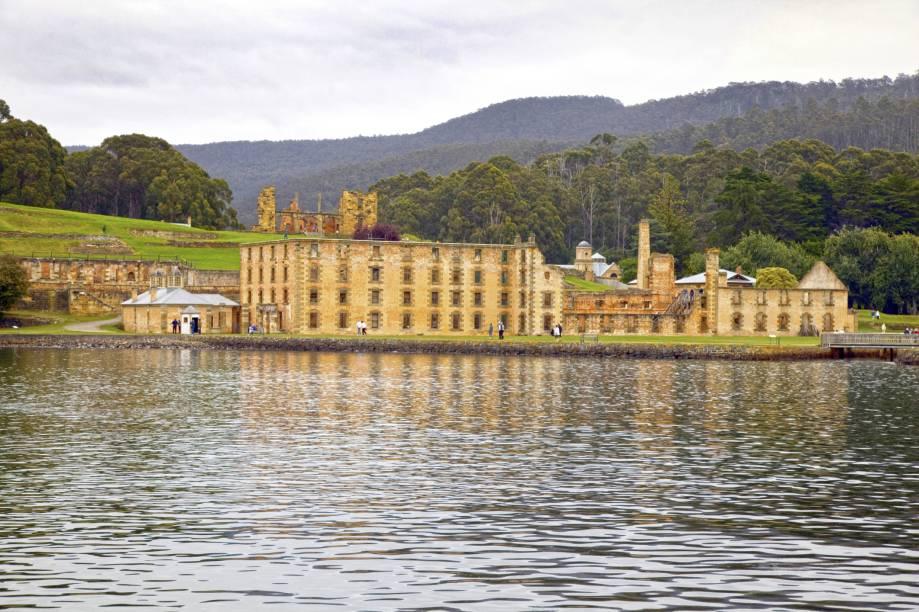 """<strong>Sítios australianos de presídios </strong>A propriedade, na Tasmânia, é composta por 11 presídios históricos que agora são um dos maiores museus ao ar livre da Austrália. O lugar conta a história, por meio de simulações e encenações, dos cárceres impostos a partir da chegada do Império Britânico, nos séculos 18 e 19 <strong><a href=""""http://viajeaqui.abril.com.br/vt/blogs/encantos/2015/05/15/conheca-uma-penitenciaria-desativada-e-uma-cidade-museu-na-australia/"""" rel=""""Leia mais sobre"""" target=""""_blank"""">Leia mais sobre Port Arthur e os presídios da Tasmânia</a></strong>"""