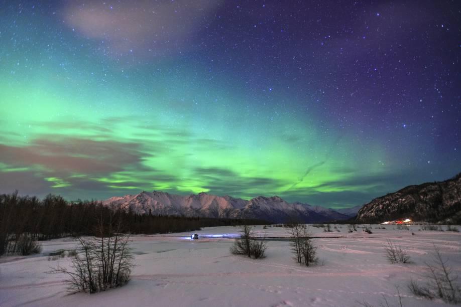 Por estar localizado em uma região polar do Hemisfério Norte, o Alasca também é palco do belíssimo fenômeno das <strong>auroras boreais</strong>, que ocorrem entre maio e setembro na região
