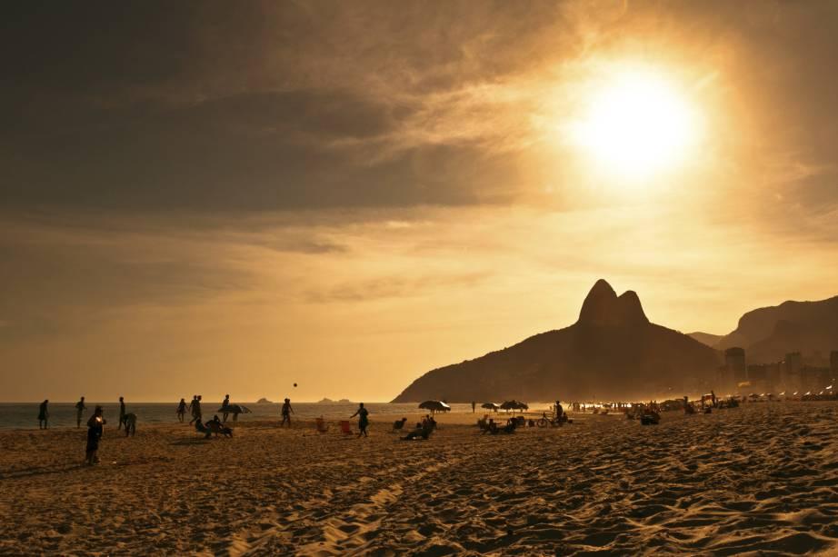 """<strong><a href=""""http://viajeaqui.abril.com.br/cidades/br-rj-rio-de-janeiro"""" rel=""""RIO DE JANEIRO"""">RIO DE JANEIRO</a> (RJ)</strong>A última edição da Parada LGBT do Rio reuniu cerca de 500 mil pessoas ao redor de cinco trios elétricos na Avenida Atlântica, em Copacabana, de acordo com os organizadores. A cidade conta com points para a comunidade, como o badalado Posto 9 em Ipanema e diversas opções de bares, restaurantes e baladas gay friendly"""