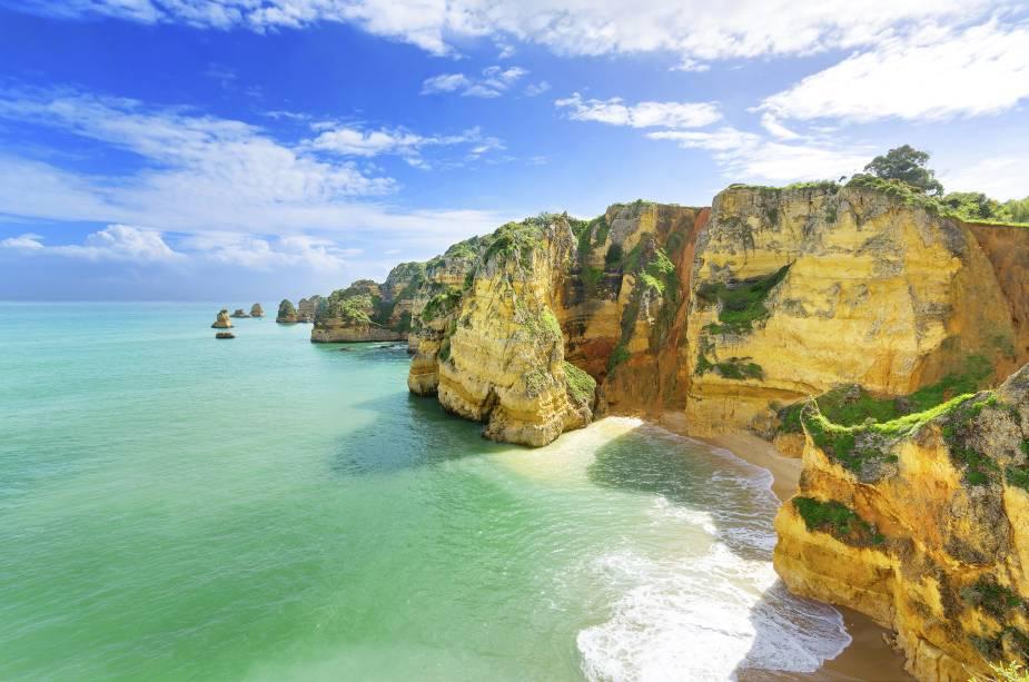 """<strong>Ponta da Piedade, Lagos, Algarve, <a href=""""http://viajeaqui.abril.com.br/paises/portugal"""" rel=""""Portugal"""" target=""""_self"""">Portugal</a></strong>                Com pouco mais de 18 mil habitantes, a região de Lagos é repleta de casinhas históricas bem conservadas, além de fornecer uma vida noturna e cultural bem completa. O trecho da Ponta da Piedade é um dos mais deslumbrantes da costa litorânea do país, com grutas e formações rochosas. Uma das boas pedidas é fazer um passeio de barco pelos seus cenários, marcados por águas cristalinas                <em><a href=""""http://www.booking.com/city/pt/lagos.pt-br.html?sid=5b28d827ef00573fdd3b49a282e323ef;dcid=1?aid=332455&label=viagemabril-as-mais-belas-praias-do-mediterraneo"""" rel=""""Veja preços de hotéis em Lagos no Booking.com"""" target=""""_blank"""">Veja preços de hotéis em Lagos no Booking.com</a></em>"""