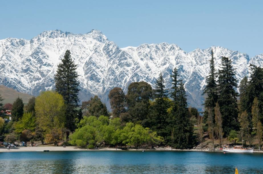 """<em><a href=""""http://viajeaqui.abril.com.br/cidades/nova-zelandia-queenstown"""" target=""""_blank"""" rel=""""noopener""""><strong>Queenstown</strong></a></em>- A cidade mais visitada da Ilha Sul combina picos nevados e lagos cristalinos a um ambiente tranquilo e requintado. Apesar de pequena (Queenstown tem apenas cerca de 20 mil habitantes), no inverno """"a cidade dos esportes radicais"""" fica repleta de turistas"""
