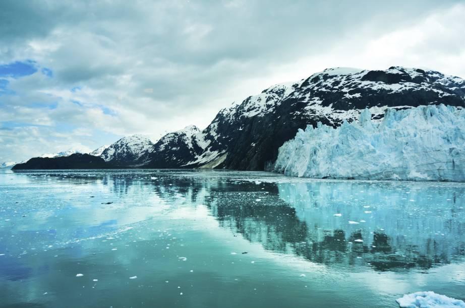 """Localizado no sudoeste do estado, o <strong>Glacier Bay National Park and Preserve</strong> ocupa uma área de pouco mais de 12 mil km². Como o próprio nome já diz, ele é repleto de geleiras, além de incluir belas florestas e fiordes    <em><a href=""""http://www.booking.com/city/us/juneau.pt-br.html?sid=5b28d827ef00573fdd3b49a282e323ef;dcid=1?aid=332455&label=viagemabril-paisagens-do-alasca"""" rel=""""Veja preços de hotéis próximos ao Glacier Bay National Park and Preserve no Booking.com"""" target=""""_blank"""">Veja preços de hotéis próximos ao Glacier Bay National Park and Preserve no Booking.com</a></em>"""